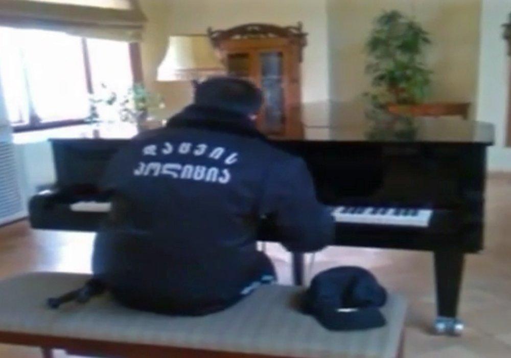 Охранник грузинской библиотеки после игры на рояле стал звездой Интернета