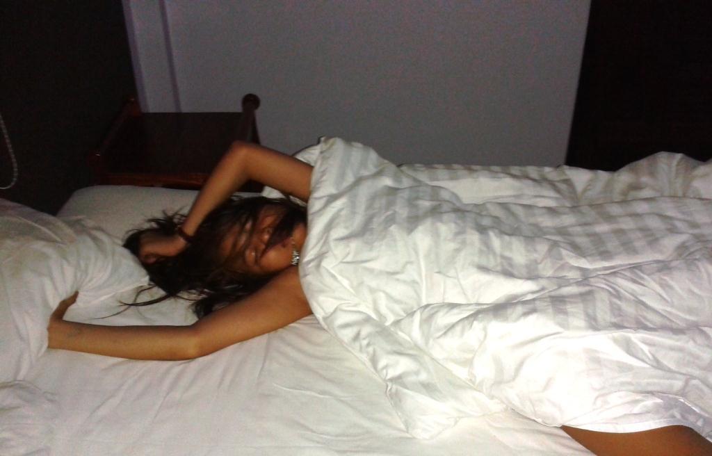 спящая девушка дома