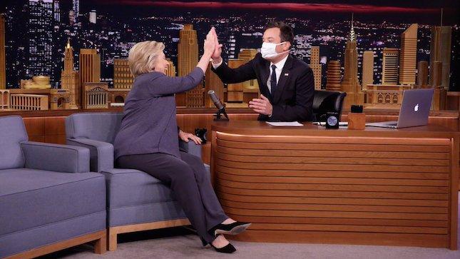 Телевизионный ведущий надел медицинскую маску впроцессе интервью сКлинтон