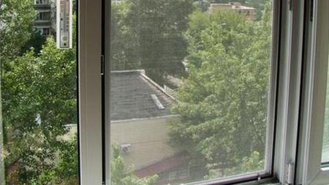 В Новотроицке двухлетняя девочка упала с 4 этажа из-за москитной сетки