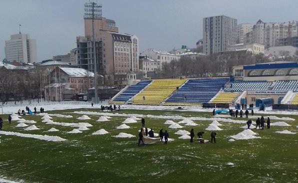 Болельщики вышли чистить поле перед матчем «Луч-Энергия»