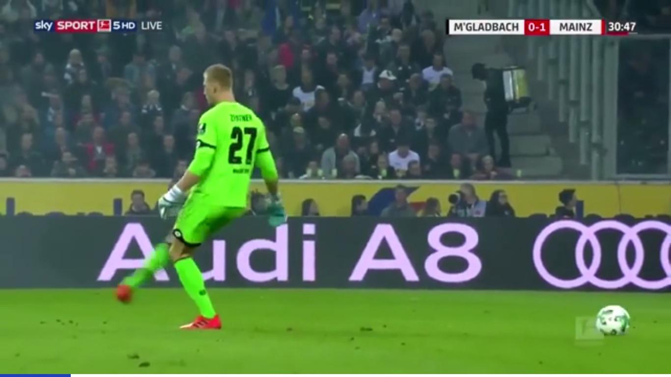 Размещено видео курьезного удара вратаря понесуществующему мячу
