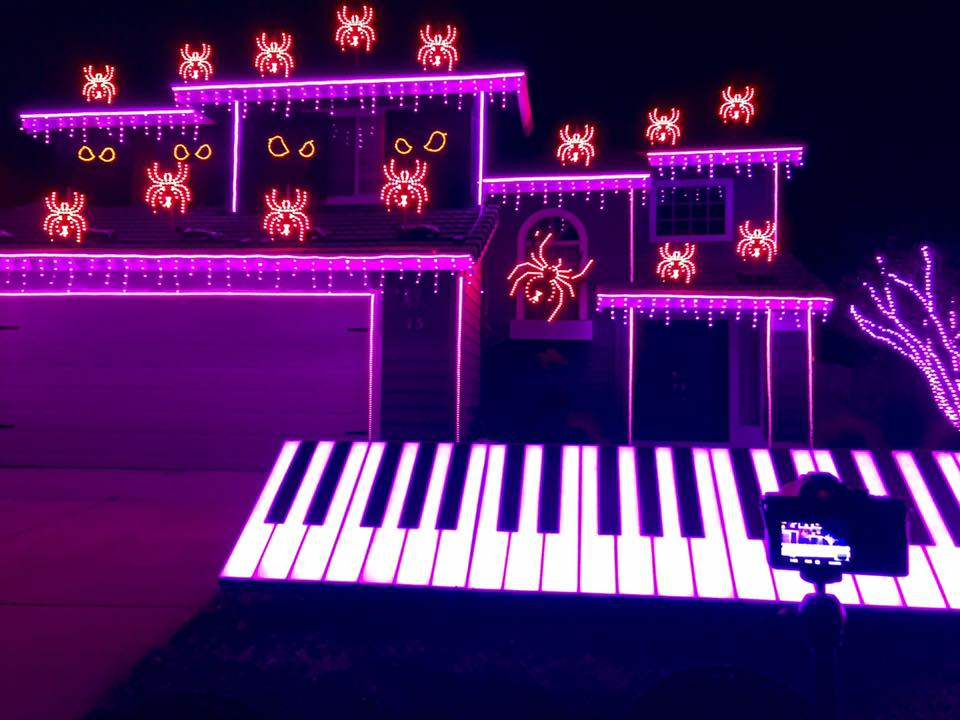 Впреддверии Хеллоуина житель америки устроил колоссальное световое шоу на собственном доме