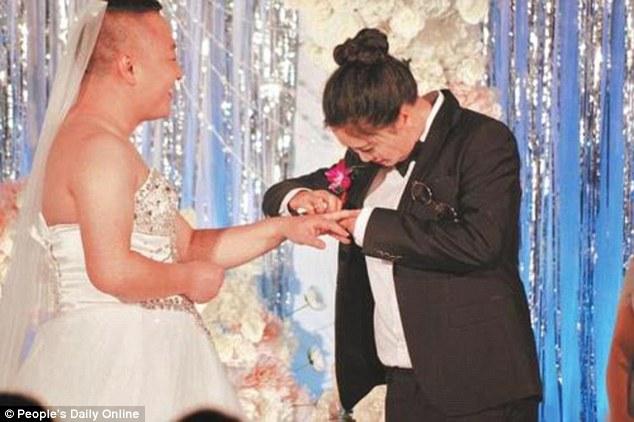 Жених надел свадебное одеяние, чтобы невеста не испытывала себя толстой