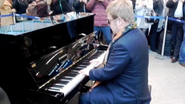 Элтон Джон сыграл на фортепиано прямо на одном из лондонских вокзалов