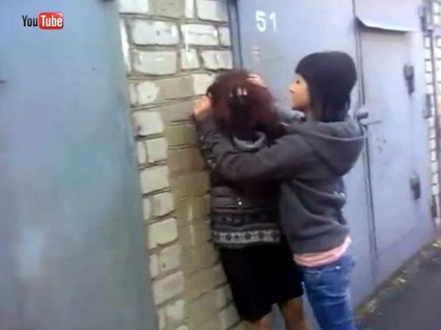 Видео снимает свою подругу фото 264-481