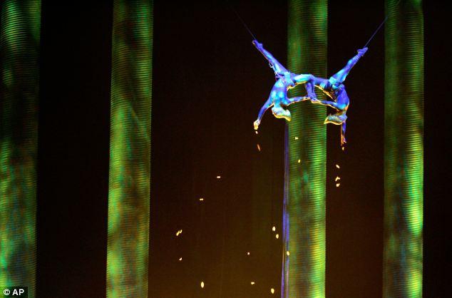 В Казахстане цирковая акробатка сорвалась во время трюка: видео