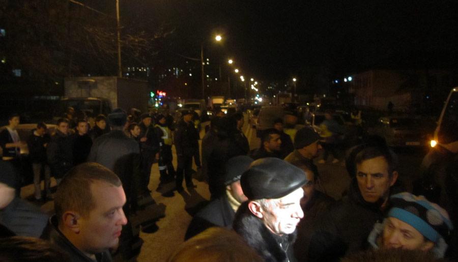 Возле места аварии собралась толпа по